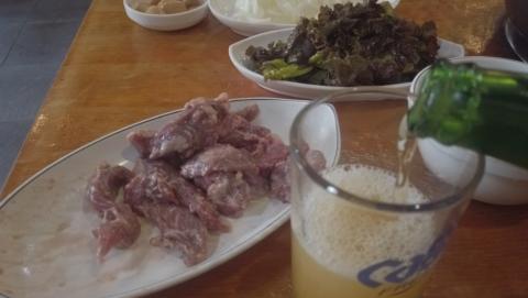 ソレカルメギ・ソウル駅店でひとり焼き肉・ビールを注ぐ